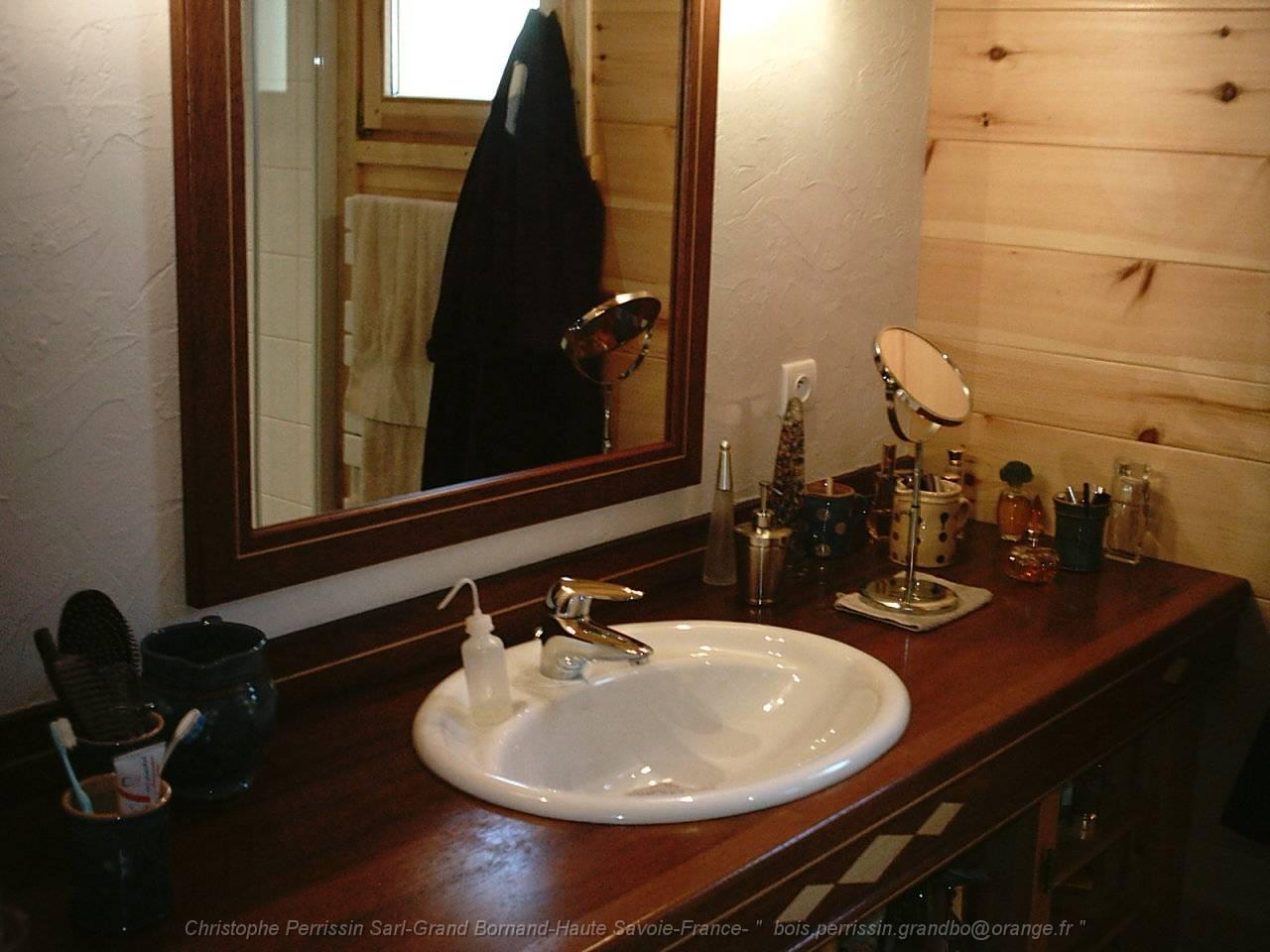 Ambiance salle de bain bois une salle de bains aux for Ambiance salle de bains